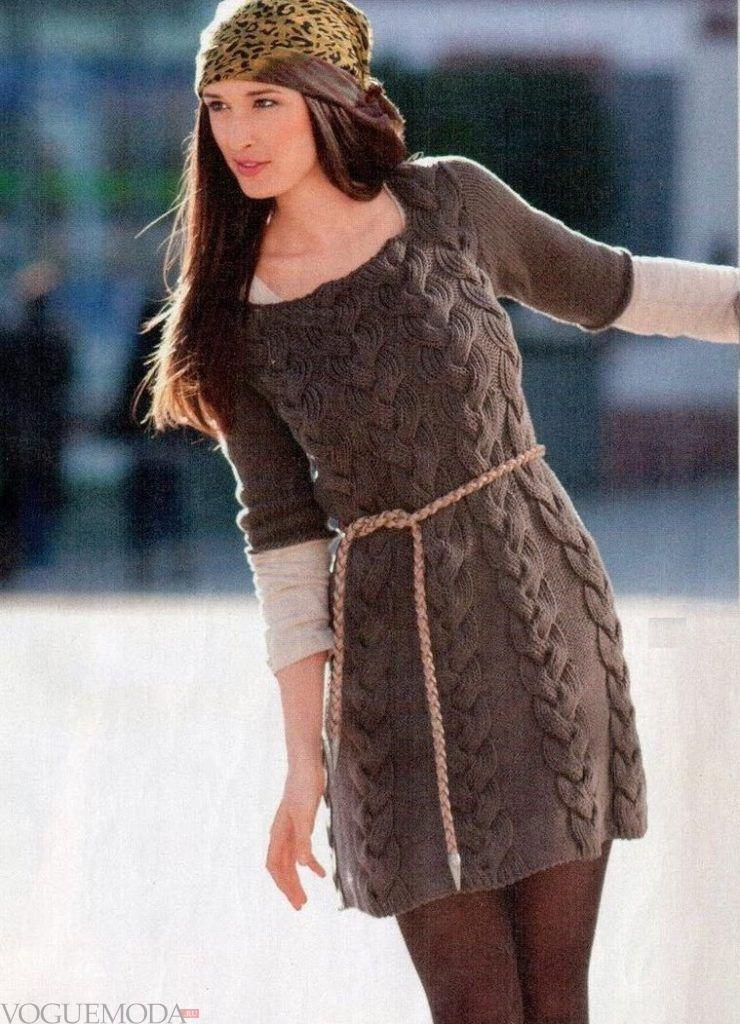 вязаное коричневое платье с пояском