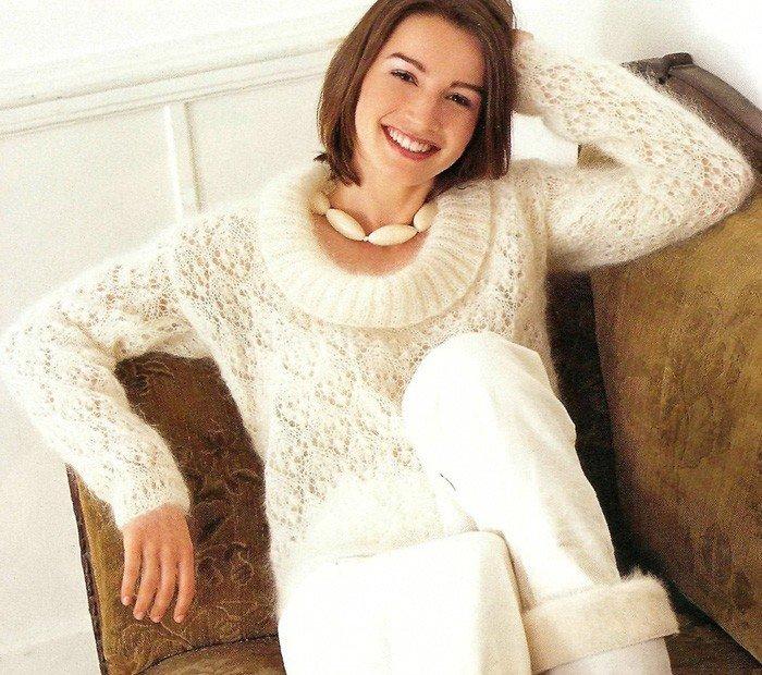 Мохеровый свитер белого цвета