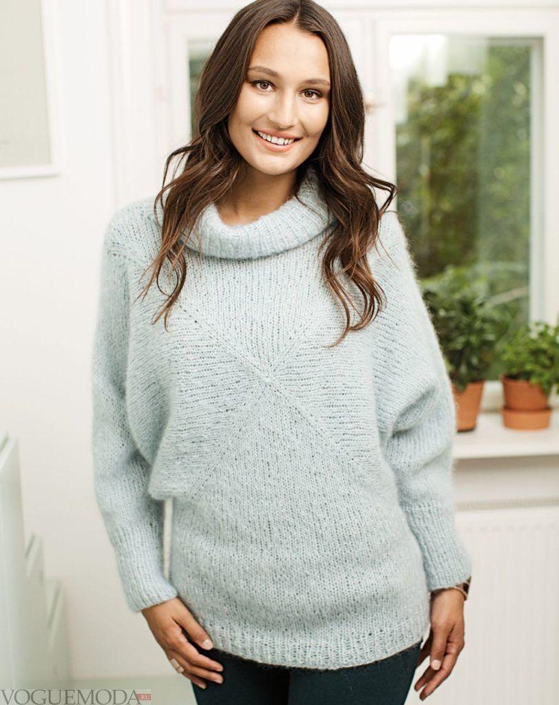 Мохеровый свитер голубого цвета