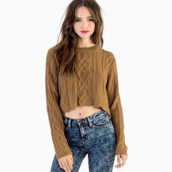 короткий вязаный свитер коричневого цвета