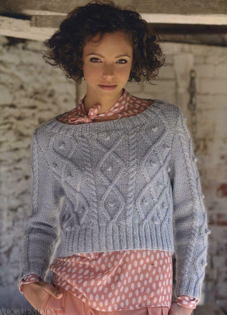 короткий вязаный свитер серого цвета