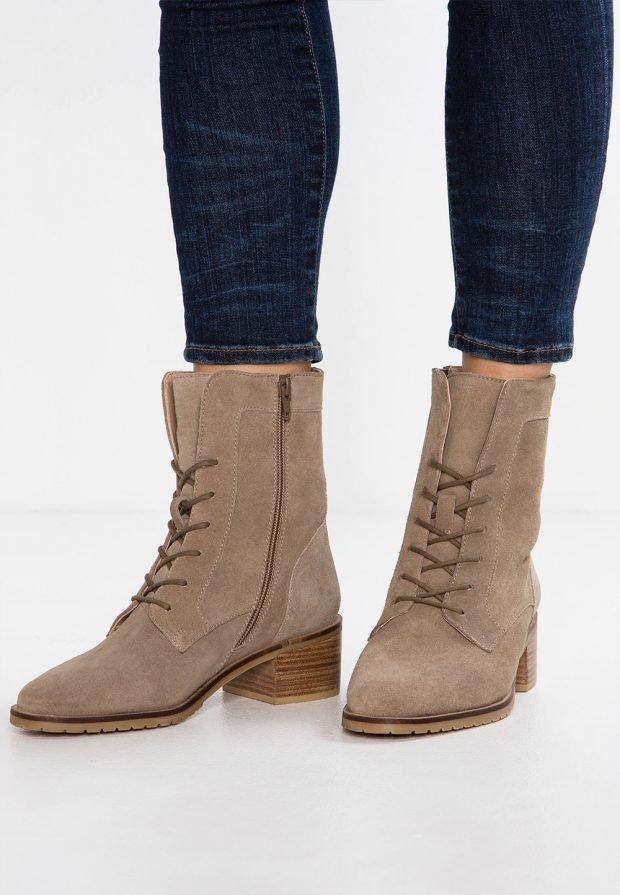Модные ботинки 2020: бежевые на шнурках и молнии
