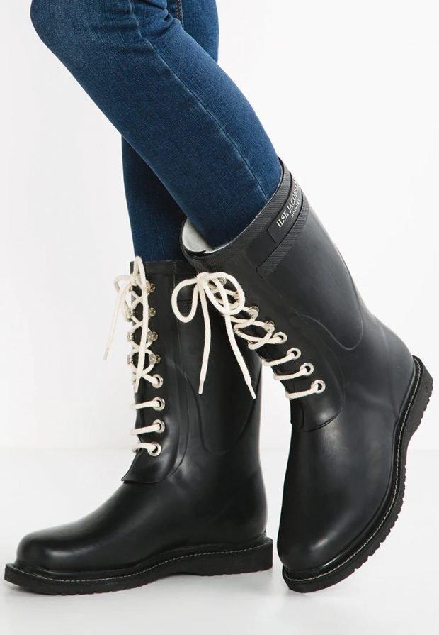 Модные ботинки 2021: черные на белых шнурках