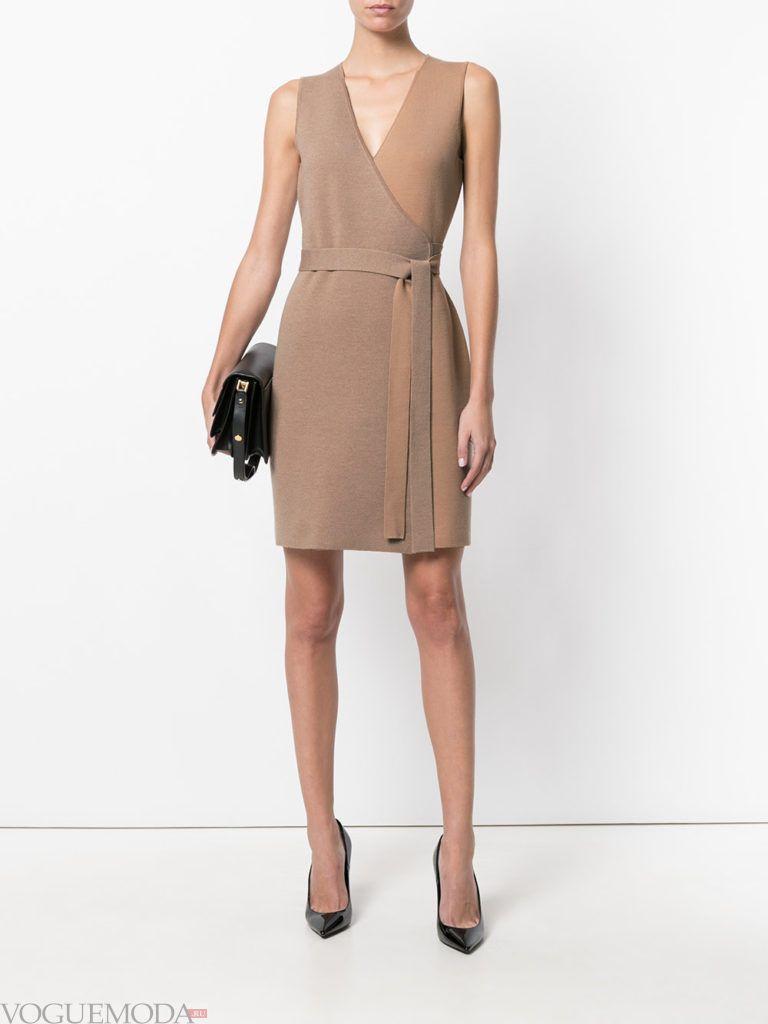 офисное платье без рукавов бежевое