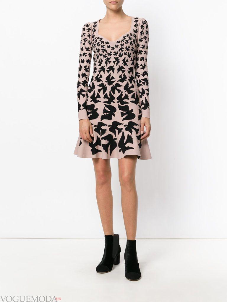 модное офисное платье с принтом