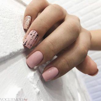 рисунком достом на светлых ногтях