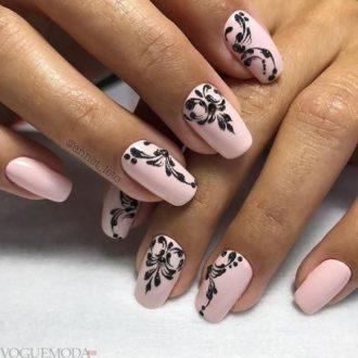 черный рисунком достом на розовых ногтях