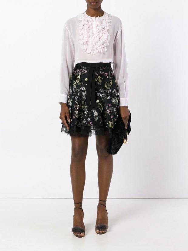 темная юбка с цветами