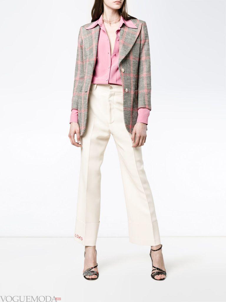 укороченные брюки и пиджак в клетку на выпускной