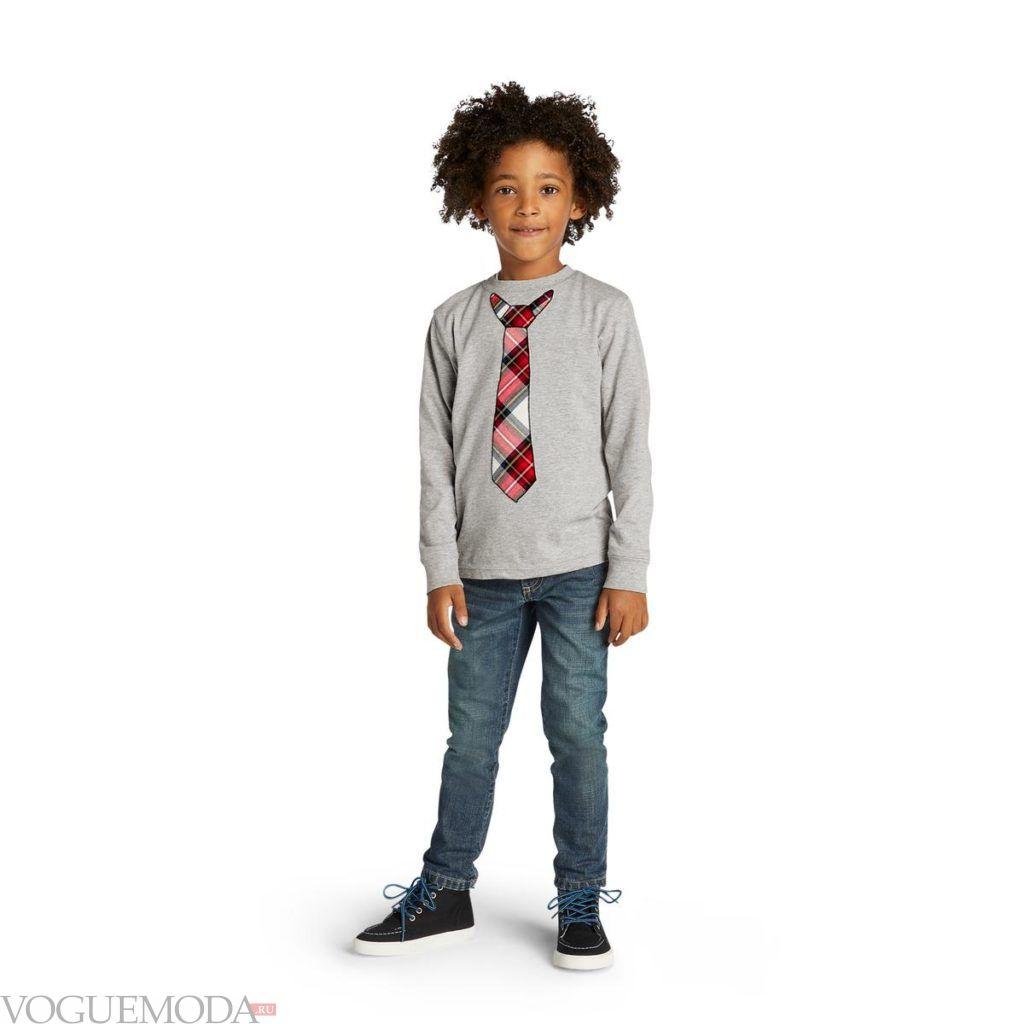 детские джинсы и свитшот