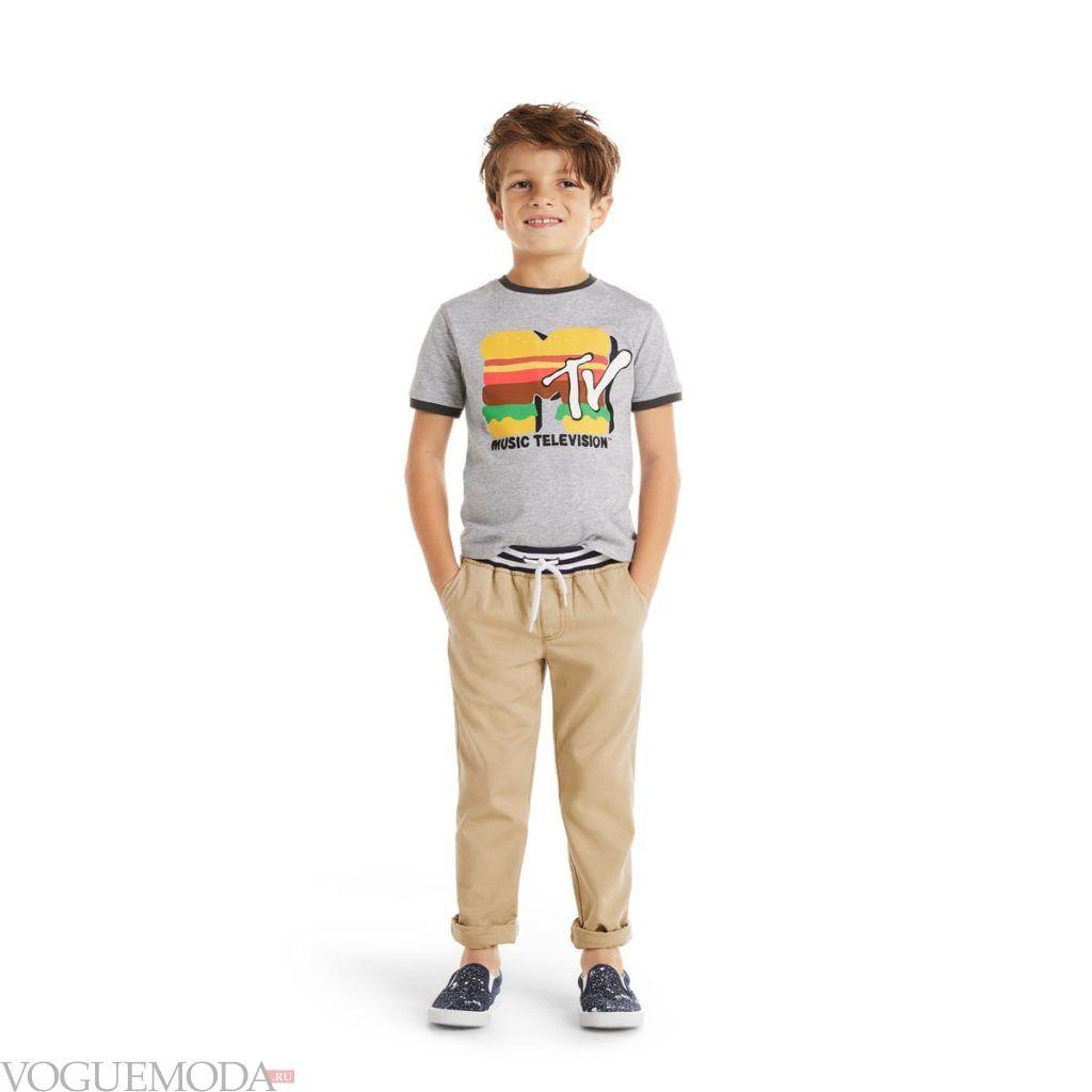 детские бежевые брюки и футболка