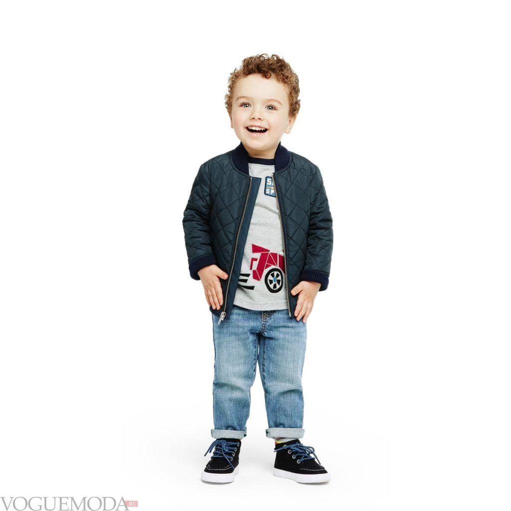 детский бомбер и джинсы