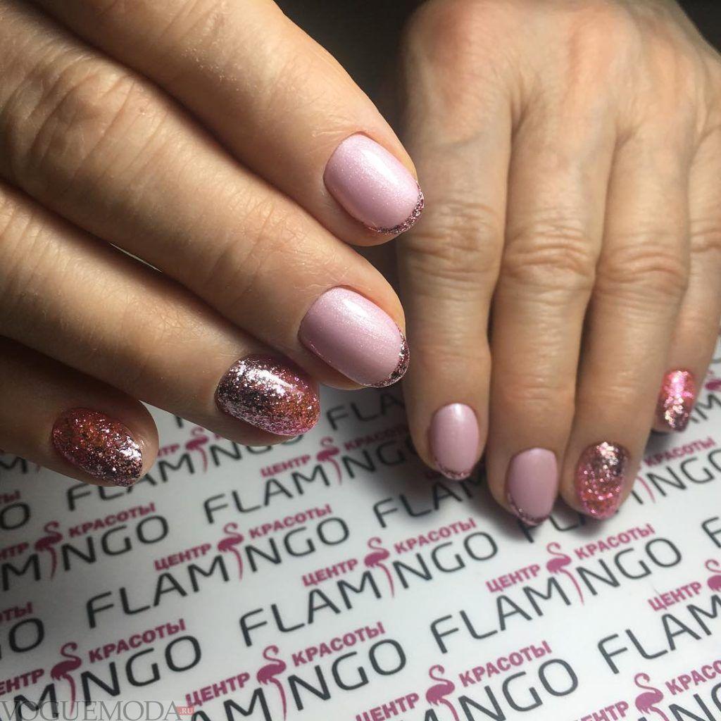 розовый французский маникюр с блестками