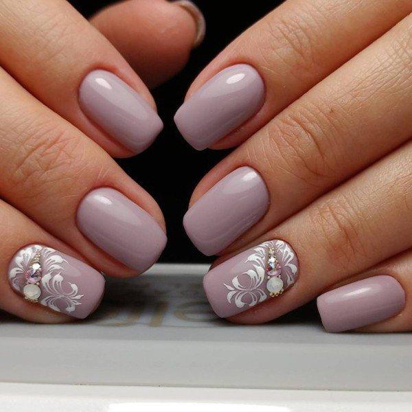 нюдовые ногти с камнями