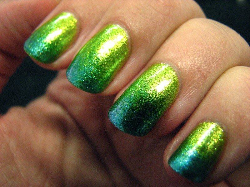 зеленый градиентный маникюр