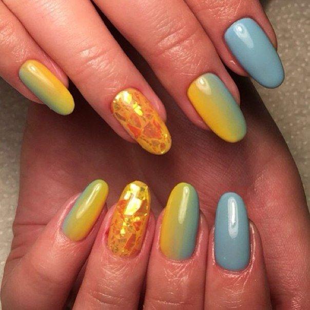 желто-голубой маникюр битое стекло
