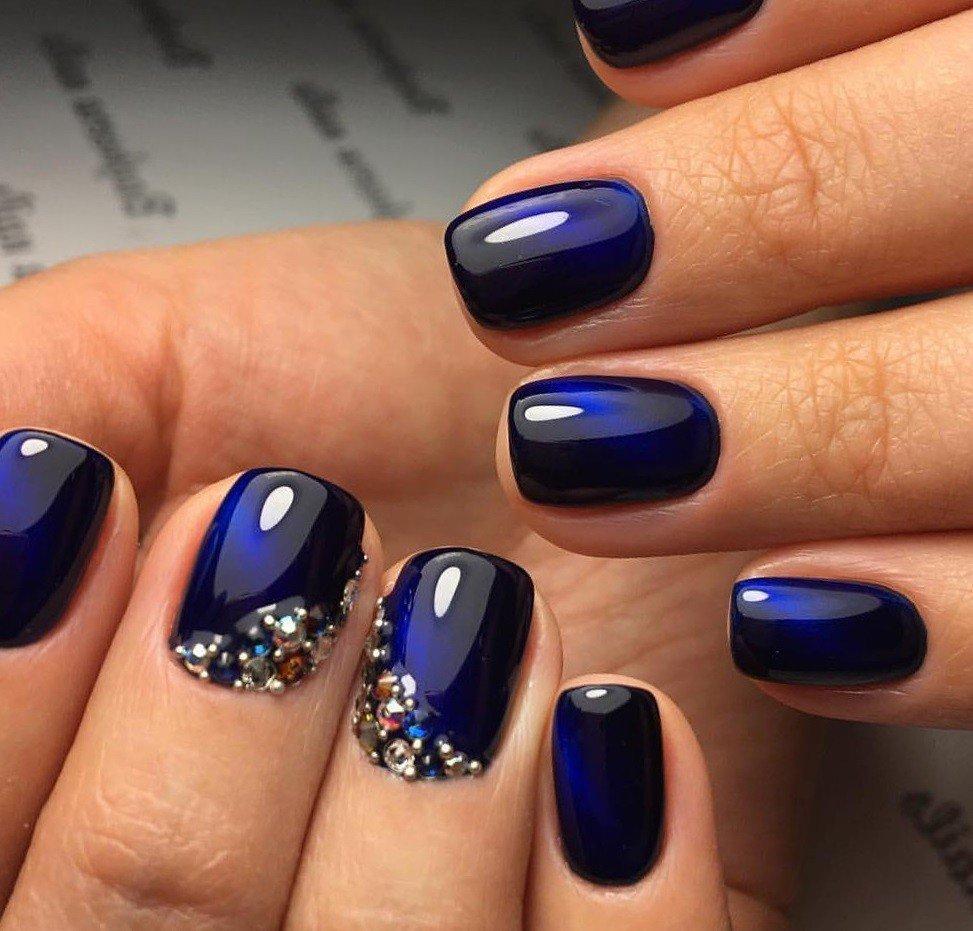 синий маникюр с камнями