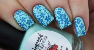 синий цветочный маникюр стемпинг