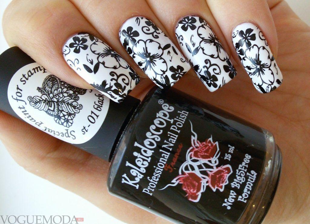черно-белый цветочный маникюр стемпинг
