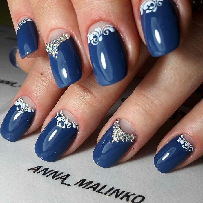 синий лунный маникюр с декором