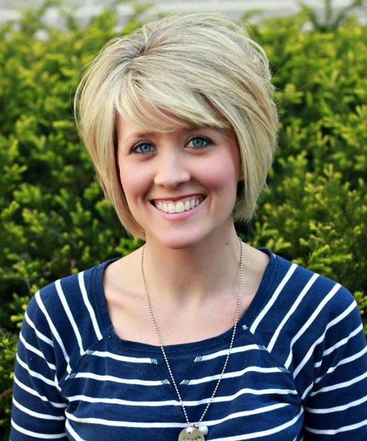 короткие волосы с челкой для женщин после 40 цвета блонд
