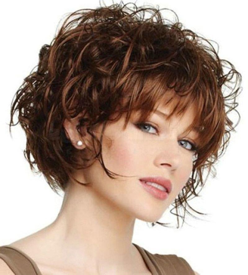 трендовая короткая стрижка на вьющиеся волосы