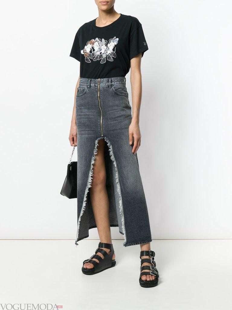черная футболка с рисунком и джинсовая юбка