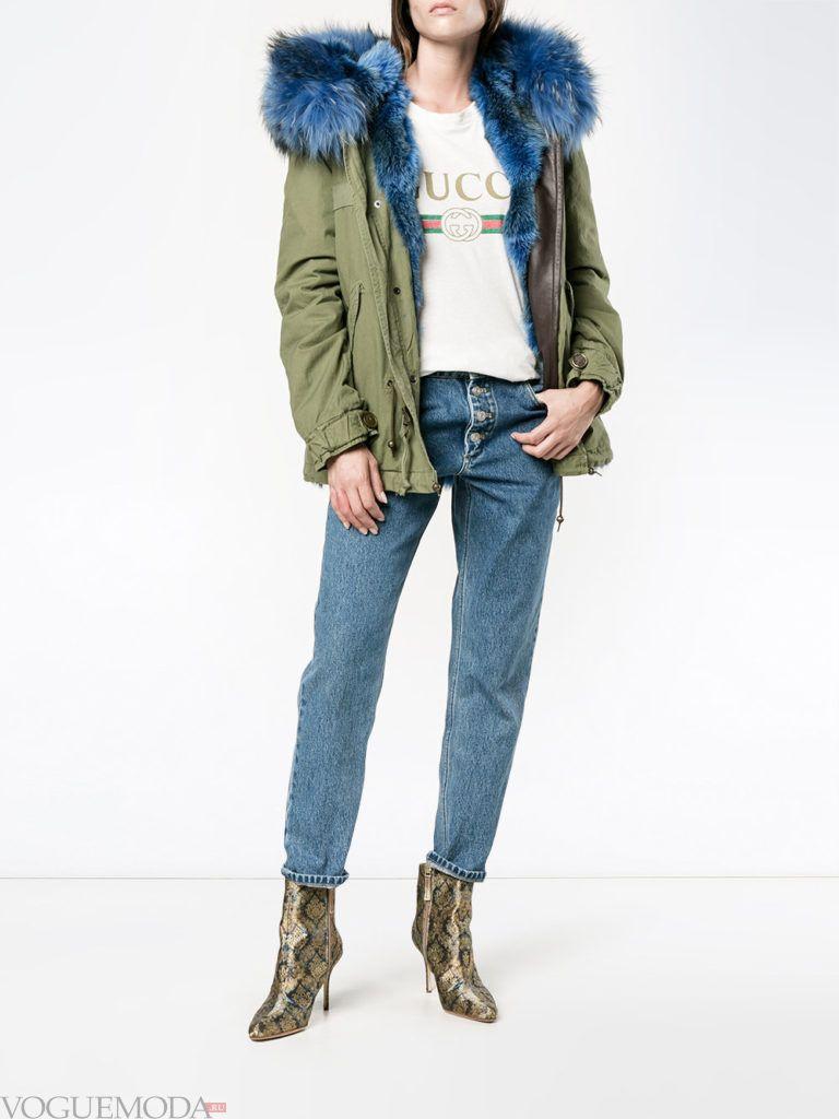 зеленая парка с синим мехом и джинсы