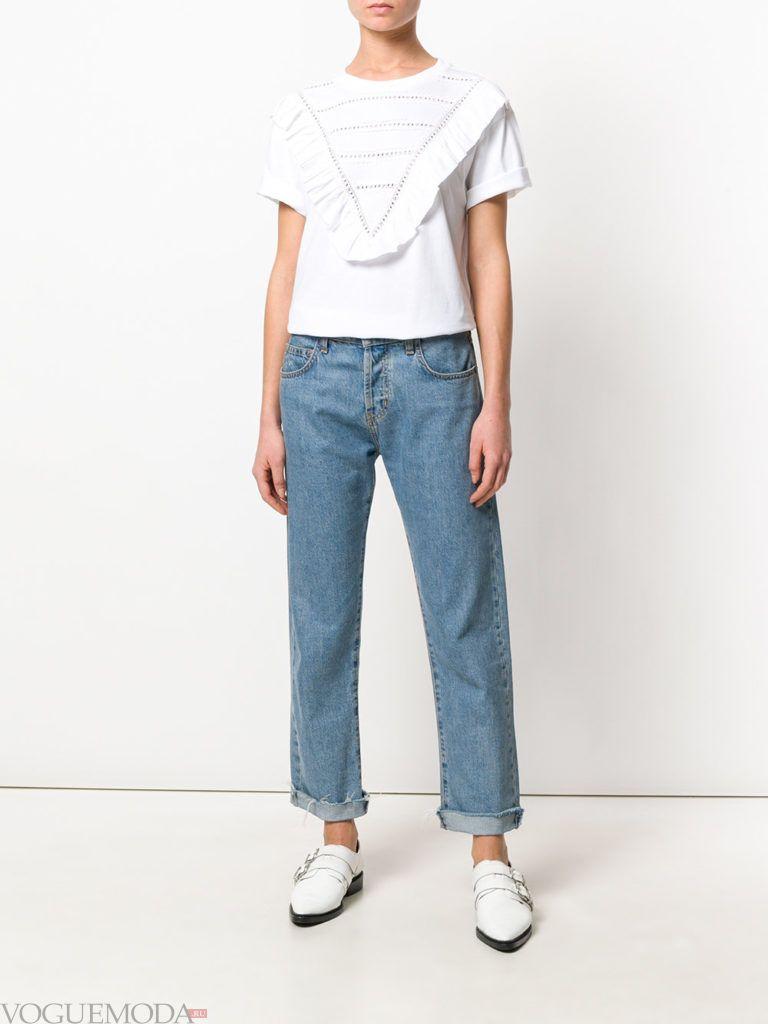 футболка с оборками и джинсы