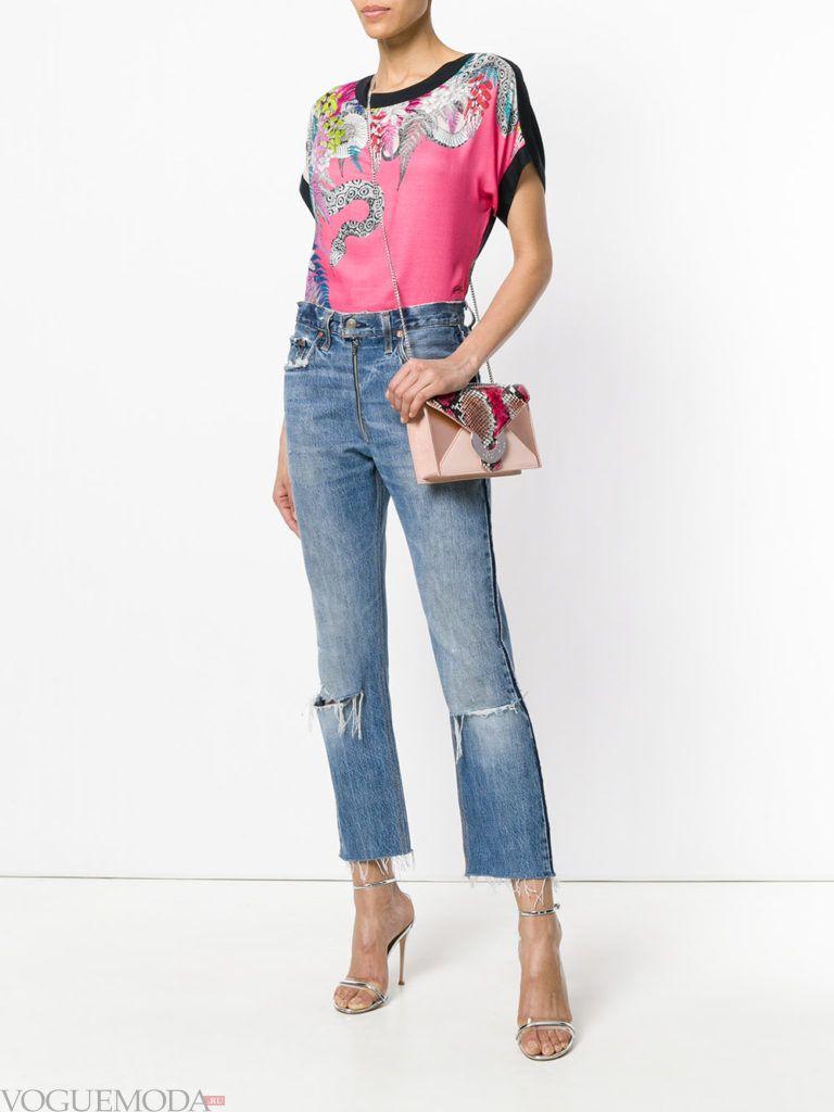 розовая футболка с рисунком и укороченные джинсы