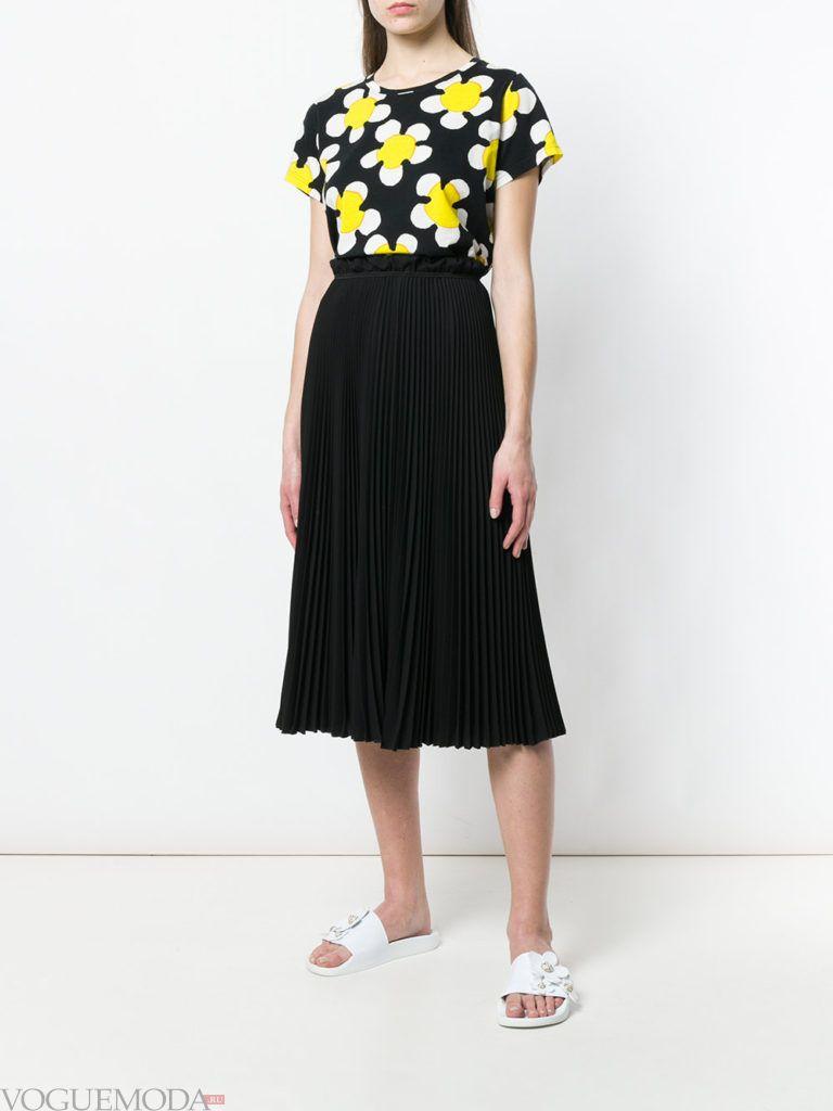 футболка в цветок и юбка плиссе