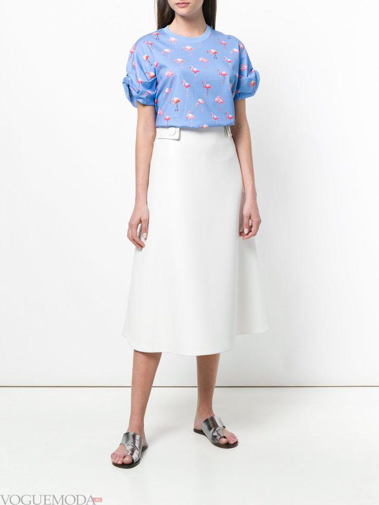 футболка со сборкой и белая юбка