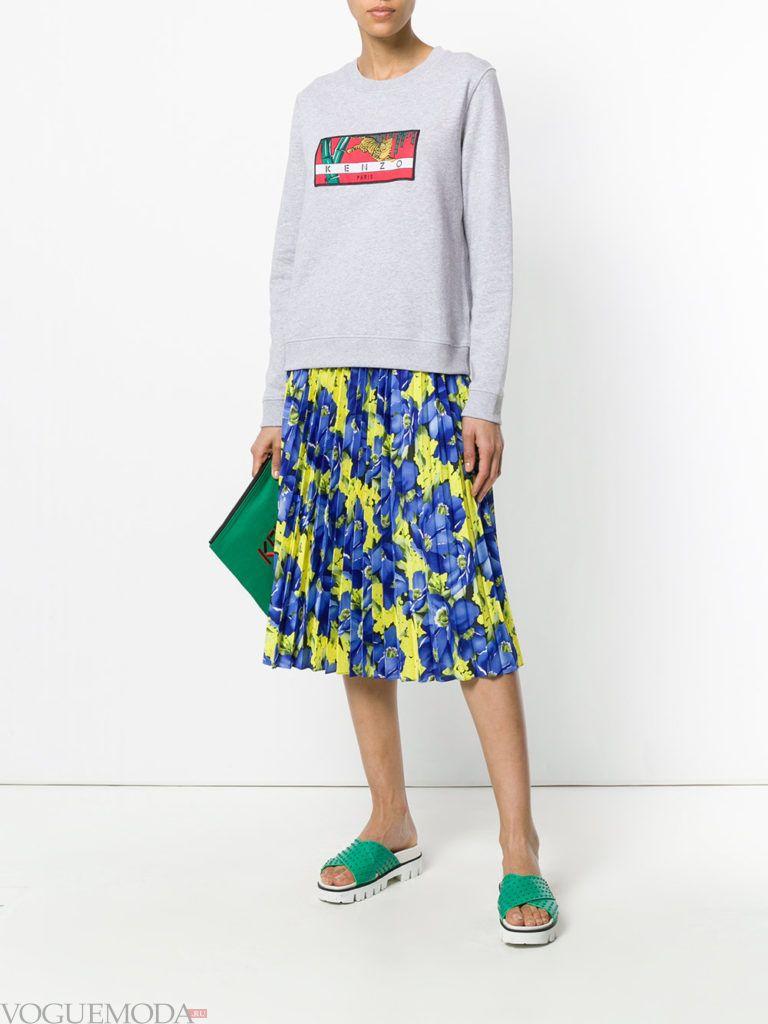 серый свитшот с рисунком и юбка плиссе