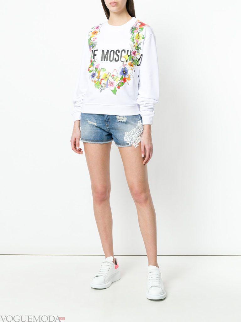 белый свитшот с узором и джинсовые шорты
