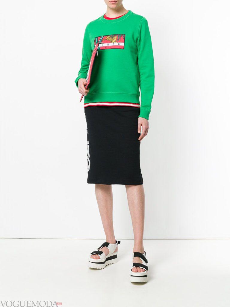 зеленый свитшот с рисунком и юбка миди