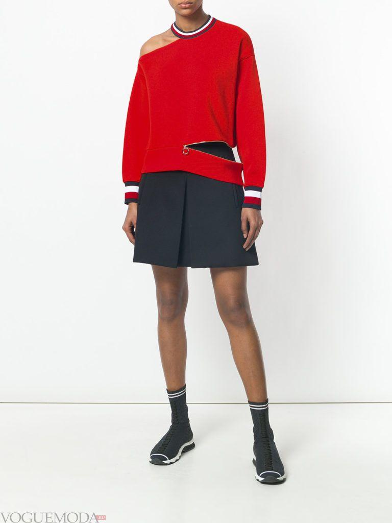 красный свитшот с разрезами и юбка плиссе