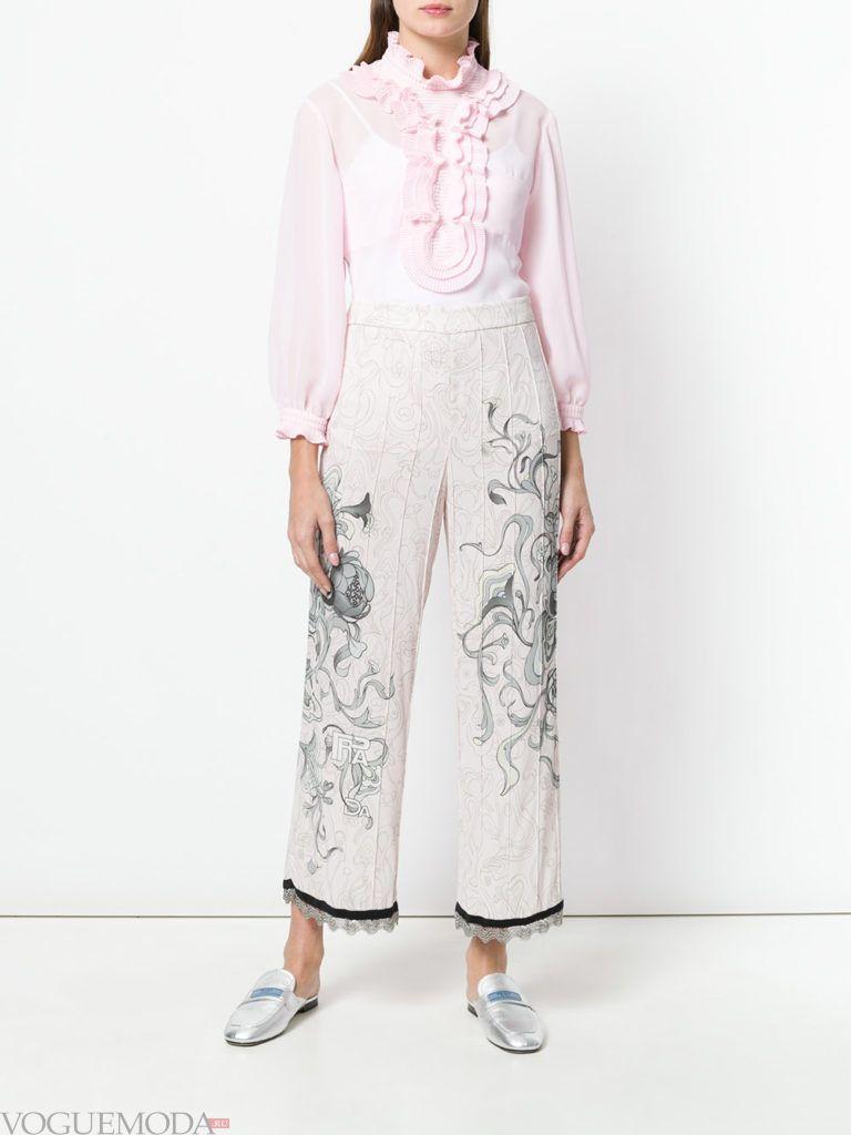 укороченные брюки с узором и блуза