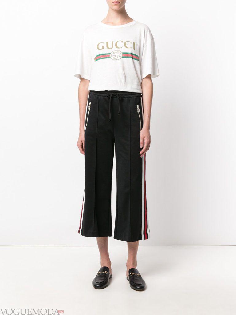 брюки клеш с лампасами и футболка
