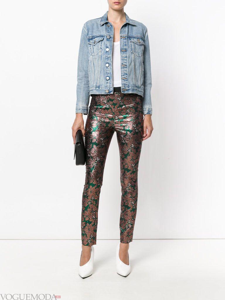 брюки скинни с принтом и джинсовая куртка
