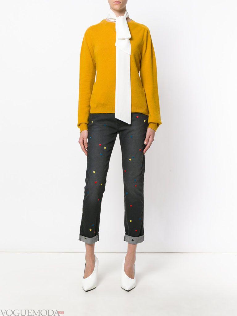 укороченные джинсы с декором и реглан