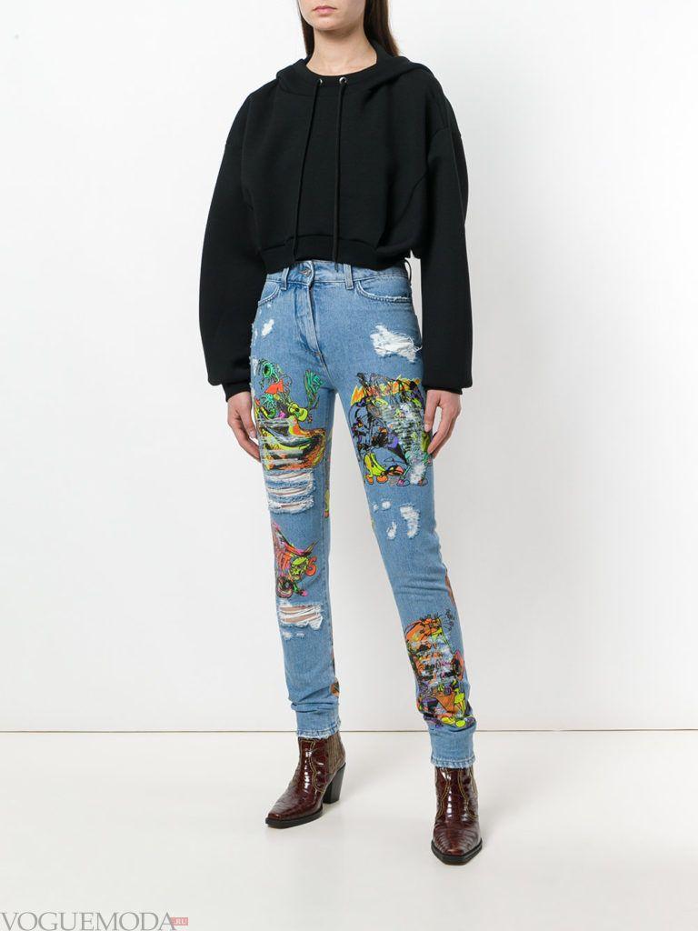 джинсы с вышивкой и толстовка
