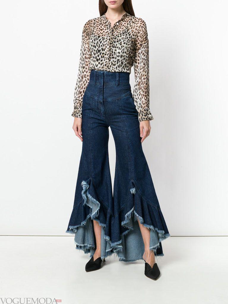 джинсы клеш и блуза с принтом