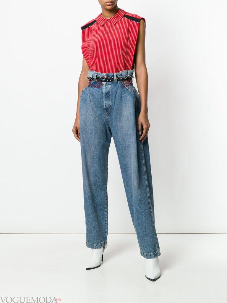 джинсы с высокой талией и красный топ