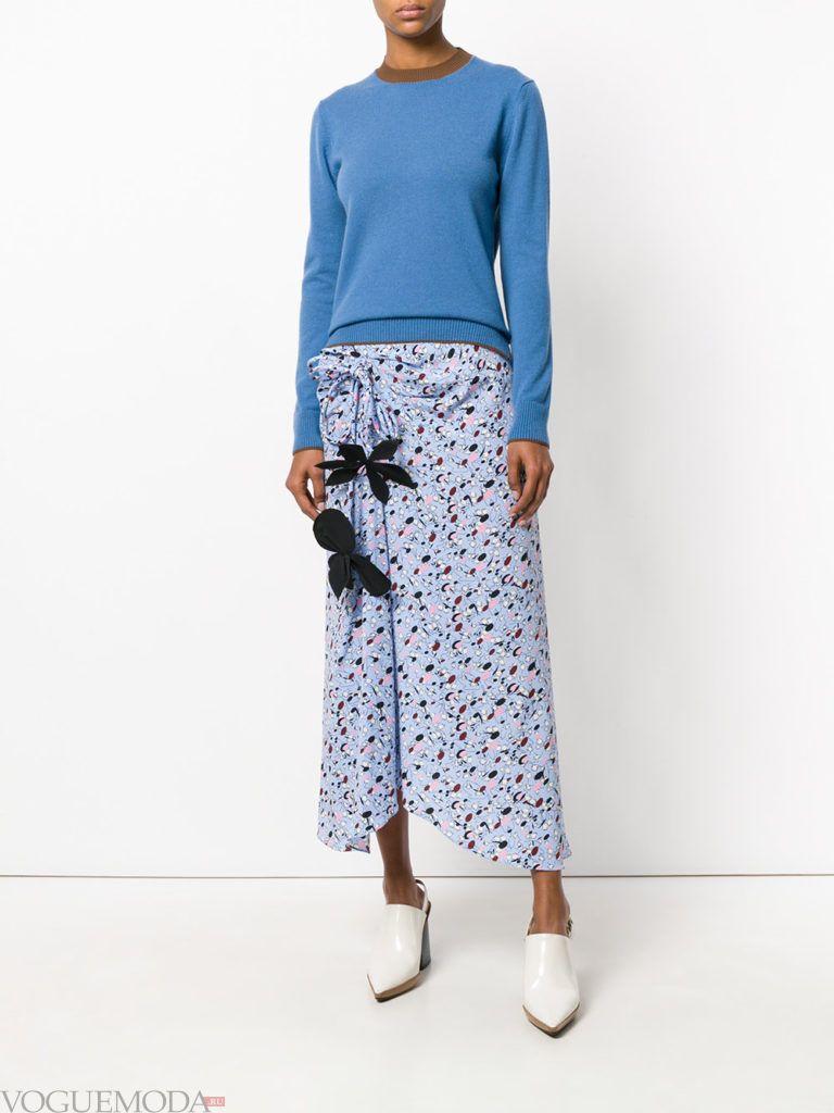 юбка макси с принтом и синий джемпер
