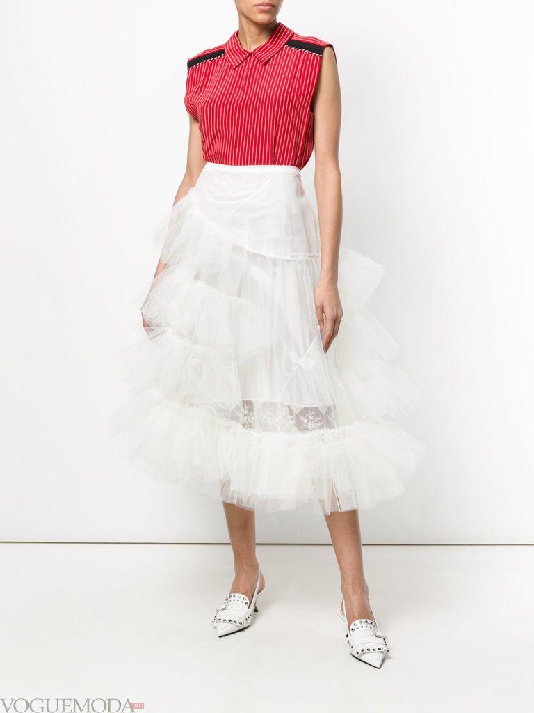 многослойная белая юбка и красный топ