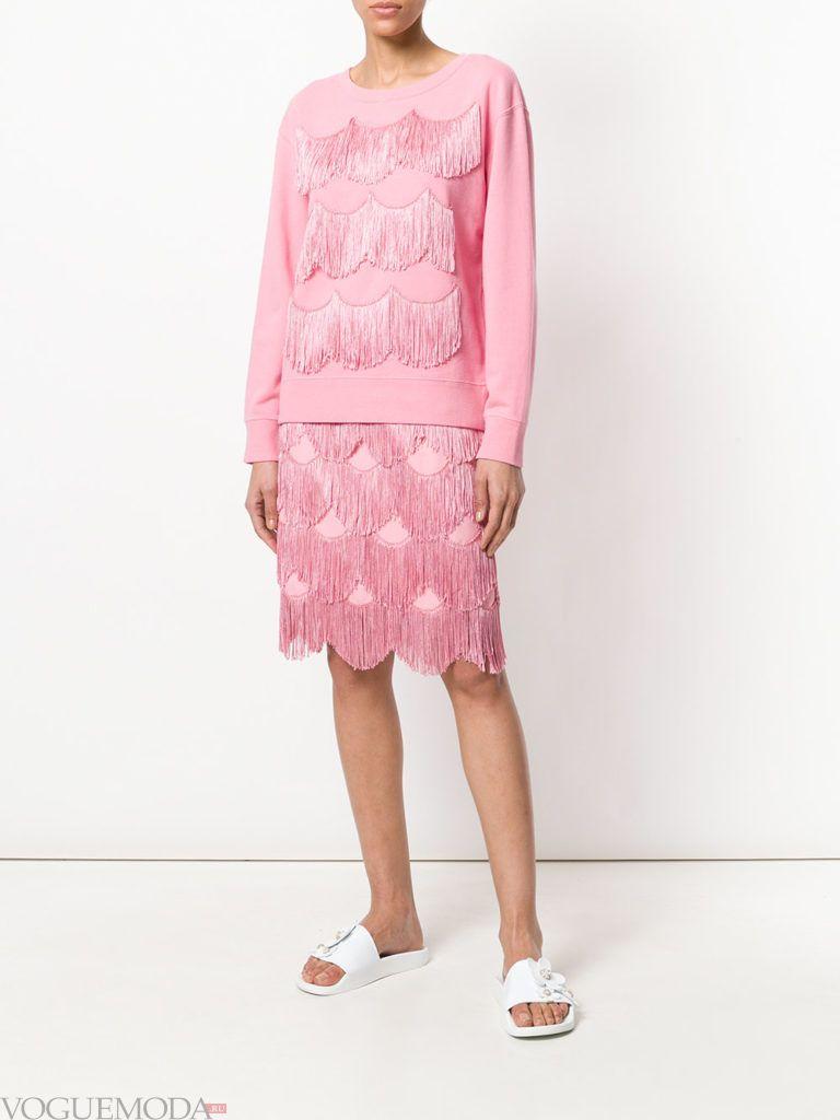 розовая юбка с бахромой и свитшот