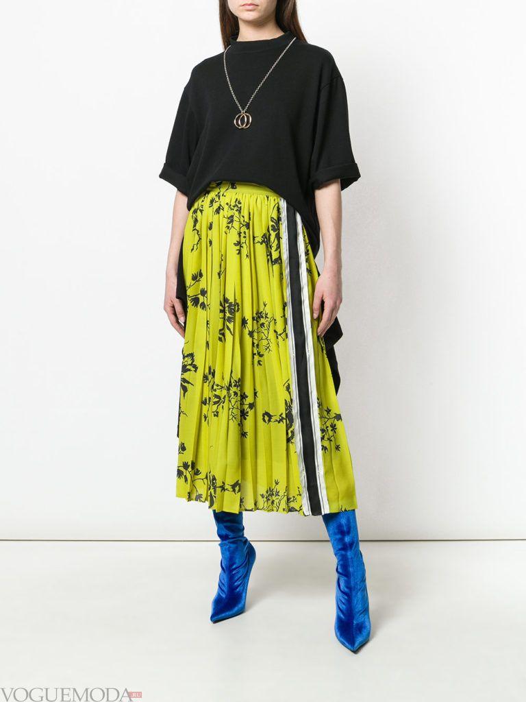 лимонная юбка плиссе с принтом и черная футболка