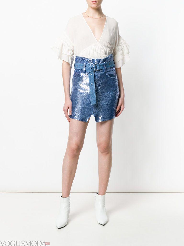 синяя мини юбка и белая блузка