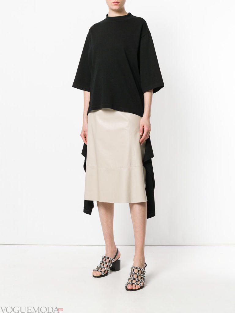 бежевая кожаная юбка и черная футболка