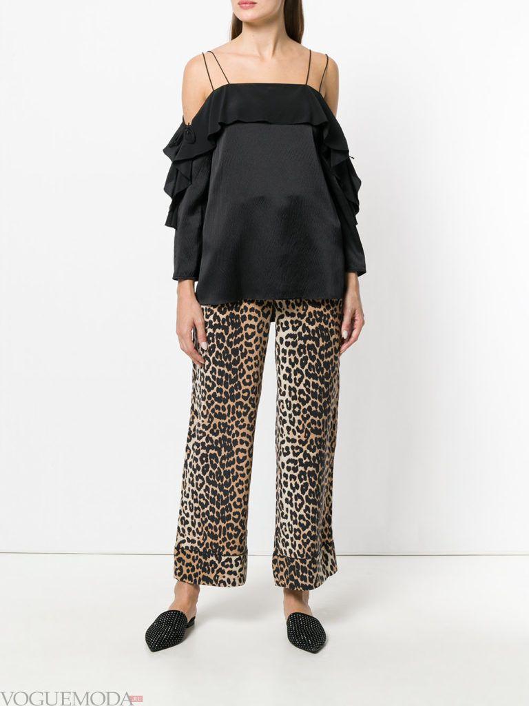 черная блузка с оборками и леопардовые брюки